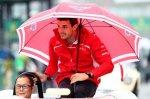 Автогонщик Жюль Бьянки укрылся от дождя во время парада пилотов на автогонках «Формулы-1» Гран-при Японии в Сузуке, 5 октября, 2014 год