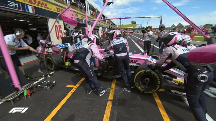 mehaniki force india zakativayut mashinu peresa v boksi iz za vozmognih problem s dvigatelem dvoynoy shod force india v pol rikar