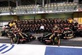 Romain Grosjean (FRA) Lotus F1 and Pastor Maldonado (VEN) Lotus with the Lotus Team for a Team Photo.